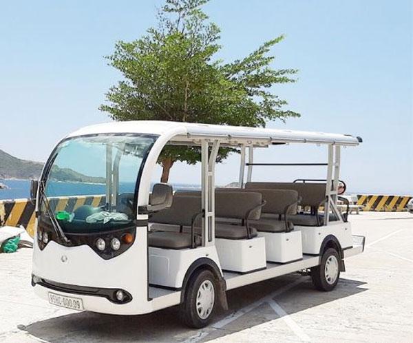 Xe điện sân golf được chạy ở khu du lịch
