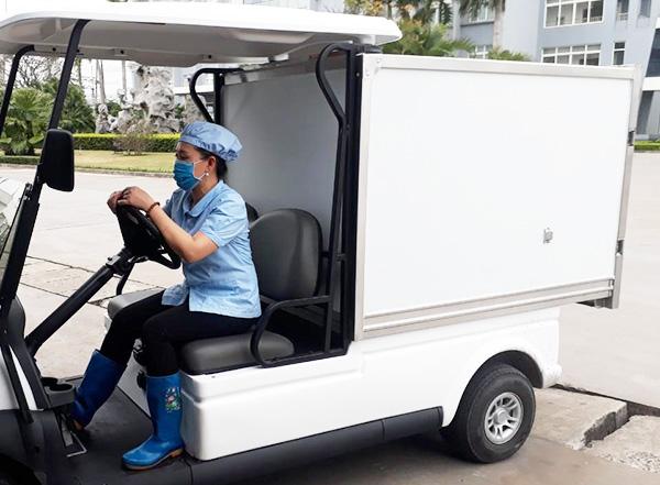 Hình ảnh công nhân lái xe điện chở hàng trong khu công nghiệp
