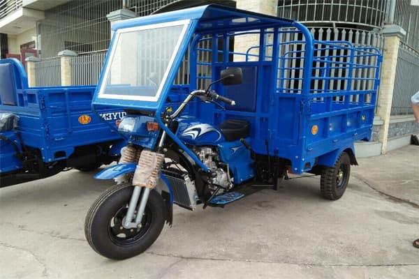 Xe điện 3 bánh có mái che chở vật liệu